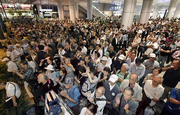 衆院選が公示され、候補者の街頭演説に集まった有権者ら=10日午後、大阪市