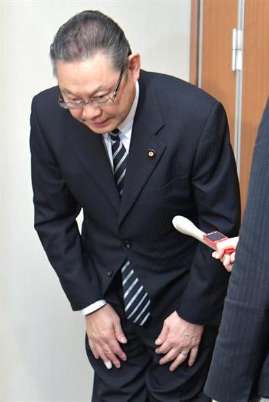 小川勝也参院幹事長の離党届を保...