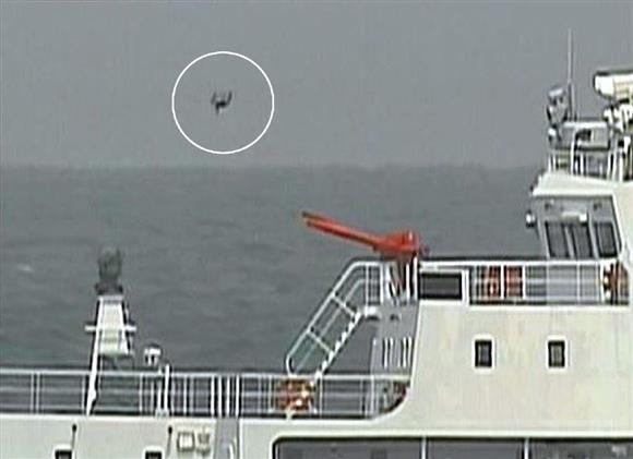 中国側が飛ばしたとみられる小型無人機「ドローン」(丸内)=5月18日、沖縄・尖閣諸島周辺海域(海上保安庁提供)