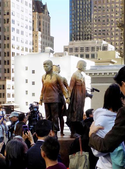 自民・二階俊博幹事長、サンフランシスコ市議会の慰安婦像寄贈受け入れ決議に不快感 「日本が喜ぶか、答えはおのずと明らか」:イザ!サイトナビゲーションPR自民・二階俊博幹事長、サンフランシスコ市議会の慰安婦像寄贈受け入れ決議に不快感 「日本が喜ぶか、答えはおのずと明らか」セント・メリーズ公園展示スペースに設置された慰安婦像=9月22日、米カリフォルニア州サンフランシスコ(中村将撮影)PRPRPRトレンドizaアクセスランキングピックアップizaスペシャルPRPR得ダネ情報PR