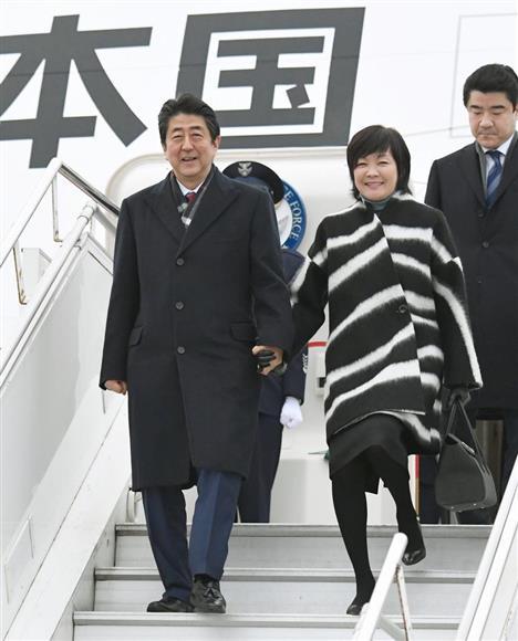 エストニアのタリン空港に到着した安倍首相と昭恵夫人=12日(共同)