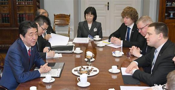 エストニアのラタス首相(右端)と会談する安倍首相(左端)=12日、タリン(共同)