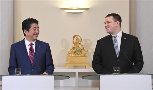 エストニアのラタス首相(右)と笑顔で共同記者発表をする安倍首相=12日、タリン(共同)