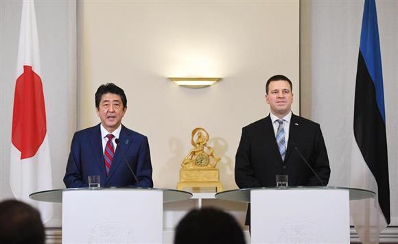 エストニアのラタス首相(右)と共同記者発表をする安倍首相=12日、タリン(共同)