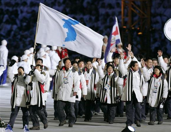 韓国は朝鮮半島南北統一でも日本を財布にするつもりだ 室谷克実×加藤達也(1):イザ!サイトナビゲーションPR韓国は朝鮮半島南北統一でも日本を財布にするつもりだ 室谷克実×加藤達也2006年2月、トリノ冬季五輪の開会式で、統一旗を先頭に合同で入場行進する韓国と北朝鮮の選手団(共同)その他の写真PRPR注目情報PRPRPRトレンドizaアクセスランキングピックアップizaスペシャルPRPR得ダネ情報PR
