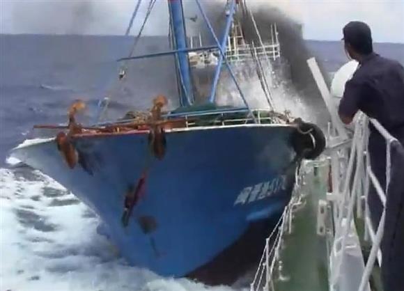 尖閣諸島沖で海上保安庁の巡視船「みずき」に衝突する、中国漁船=平成22年9月7日(動画投稿サイト「YouTube」から)