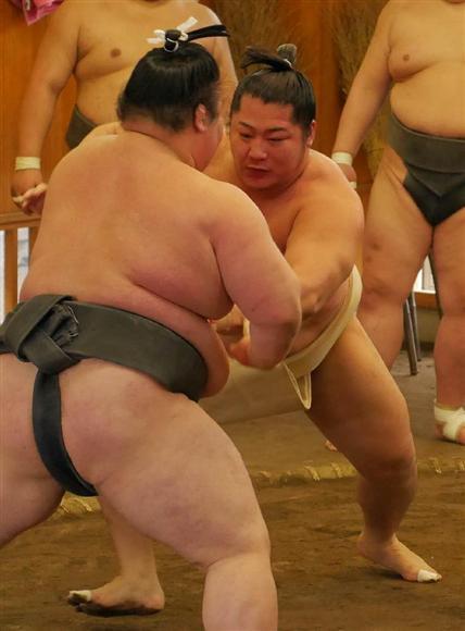 幕下力士と相撲をとる遠藤=5日午前、埼玉県草加市の追手風部屋(藤原翔撮影... 幕下力士と相撲を