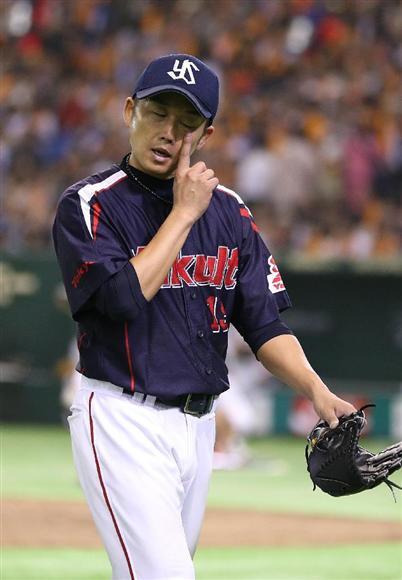 4回を投げ終え、ベンチに引き上げるヤクルト・石川雅規は敗戦投手に=東京ド... 4回を投げ終え、