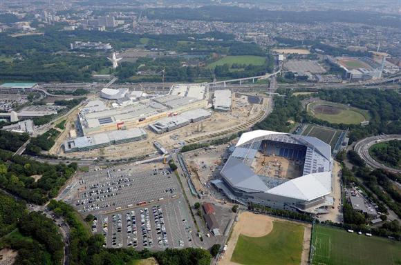 建設が進む大型複合施設「エキスポシティ」。右下はガンバ大阪の新本拠地となる「吹田市立スタジアム(仮称)」=8月3日午前、大阪府吹田市(本社ヘリから)