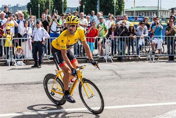 メカニカルドーピングの疑いの目が向けられたカンチェラーラ選手。写真はツール・ド・フランスで個人総合成績1位の選手に与えられるイエロージャージを着用する姿=2012年7月、フランス・ルーアン(Thinkstock)