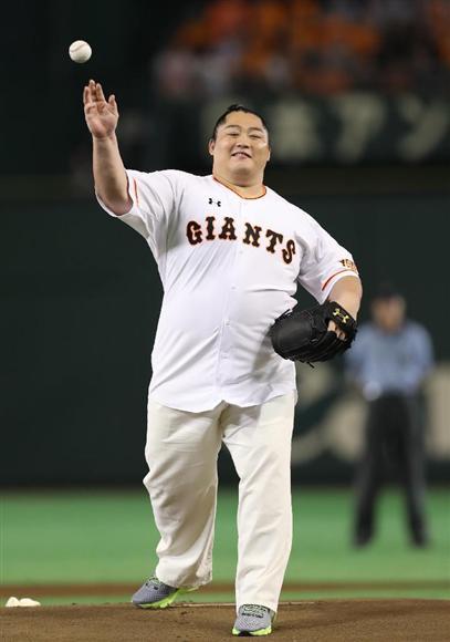 始球式を行った遠藤。ユニホームは既製品の特大サイズでぎりぎり間に合った (撮影・吉澤良太)