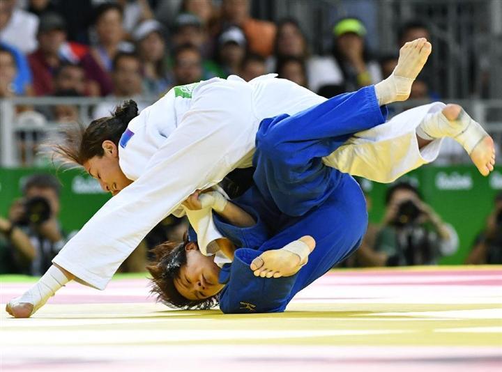 女子63キロ級3位決定戦イスラエル選手(上)に敗れた田代未来=リオデジャネイロ(共同)