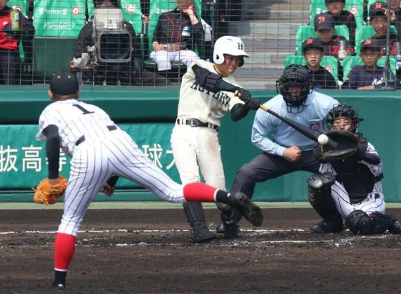 3回、報徳学園・永山が、安打を放つ=甲子園球場(撮影・永田直也)