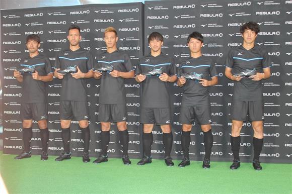 「ミズノ社」の新作発表イベントに日本代表FW本田(左から3人目)ら6選手が参加