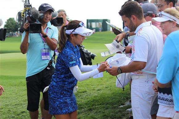 ゴルフ全米女子オープン最終ラウンドでファンにサインする宮里藍=16日、米ニュージャージー州ベッドミンスター(上塚真由撮影)