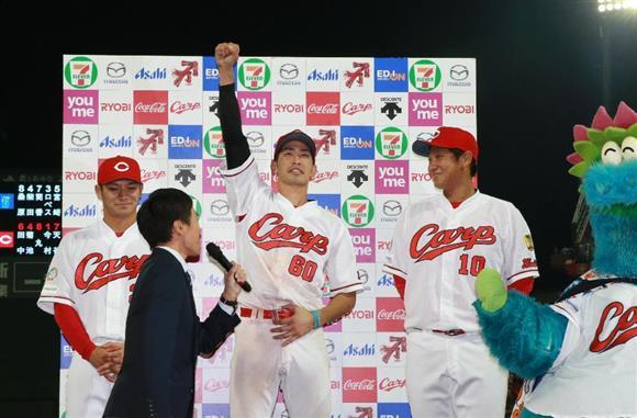 お立ち台でヒーローインタビューに答える広島の(左から)田中広輔、安部友裕、岩本貴裕=マツダスタジアム(鳥越瑞絵撮影)