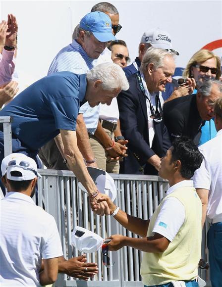 クリントン元米大統領と握手する松山。歴代3大統領の前で、見せ場は作れなかった(共同)
