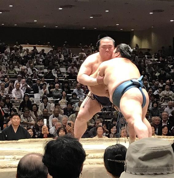 全日本力士選士権決勝で横綱稀勢の里は豪風を寄り切りで下した=2日、両国国技館