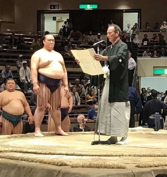 全日本力士選士権を連覇した横綱稀勢の里、右は二所ノ関審判部長=2日、両国国技館