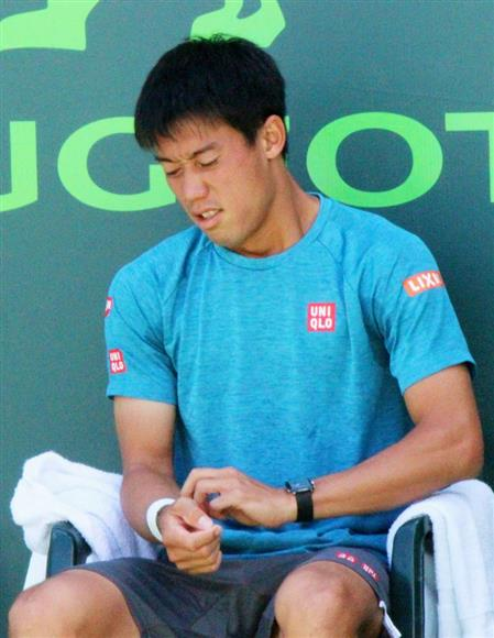3月、マイアミ・オープン準々決勝を前に、痛めた右手首を気にする錦織圭=米マイアミ(共同)