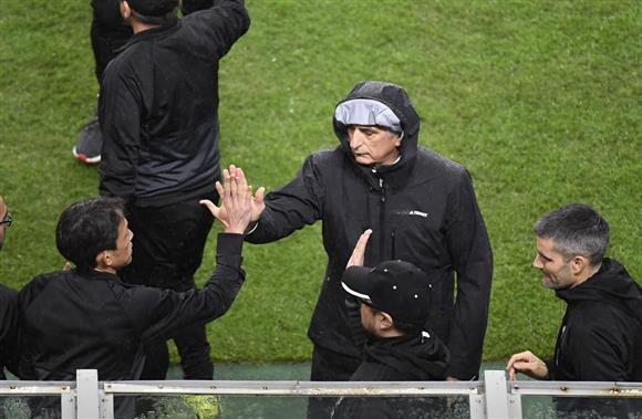 日本代表対ニュージーランド代表 勝利して喜ぶ日本代表・ハリルホジッチ監督=6日、愛知県豊田市の豊田スタジアム(撮影・甘利慈)