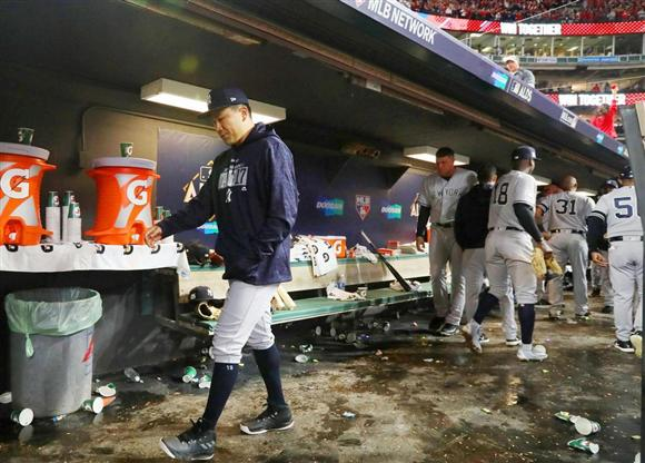 敗戦を見届けた田中(左)は、うつむきながらクラブハウスに引き揚げた (共同)