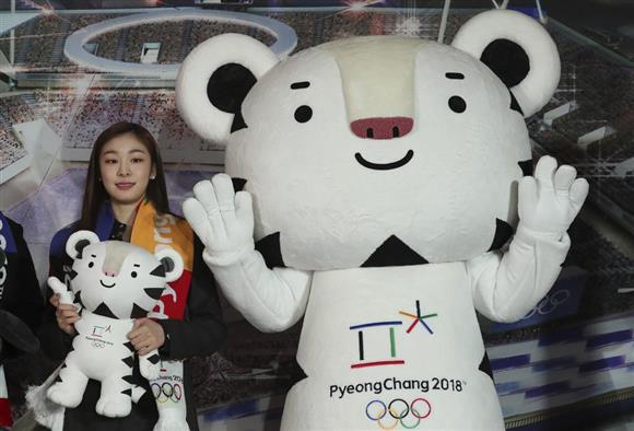 平昌五輪の広報大使を務める五輪フィギュア金メダリストのキム・ヨナさん(左)とマスコットのスホラン。いまだに韓国民に絶大な人気を誇るキム・ヨナさんの呼びかけにも、五輪ムードは上がってこない(AP)