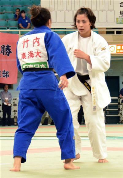 カナダ代表で東京五輪を目指す柔道女子57キロ級の出口クリスタ(右)=1日、日本武道館