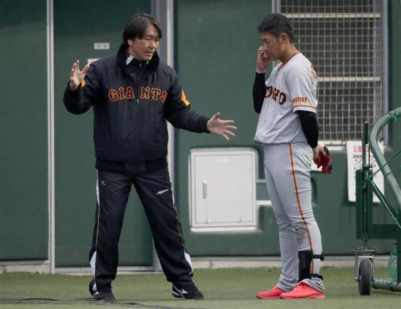 巨人の春季キャンプで岡本和真に打撃指導する松井秀... 巨人の春季キャンプで岡本和真に打撃指導す