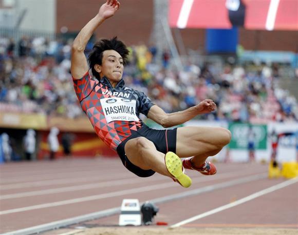男子走り幅跳びの橋岡優輝の跳躍=11日、フィンランドのタンペレ(ロイター)
