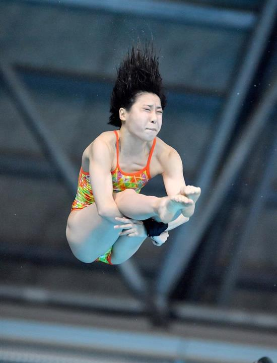 女子高飛び込み準決勝での、荒井祭里の演技|荒井トップ、板橋2位通過 ...