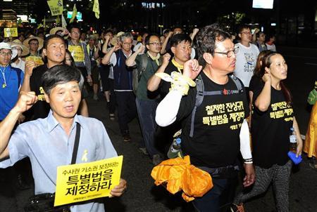 韓国の旅客船セウォル号沈没事故で、乗客を置いて逃げたとして逮捕され、遺棄致死罪などで起訴された船員、イ・ヨンジェ被告が自身の公判で「頭のいい人間は生き残った」と発言し、遺族の怒りを買っている。韓国メディアが伝えた。