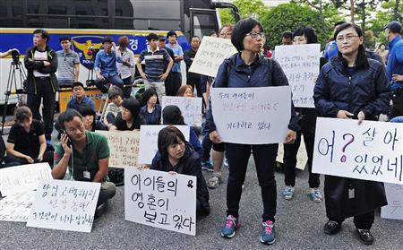 旅客船沈没事故の初の公判準備手続きが開かれた光州地裁前で抗議する被害者遺族=2014年6月10日、韓国・光州(共同)