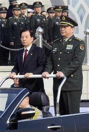 このニュースへ 歓迎式典に臨む韓国の韓民求国防相(左)と中国の常万全国防相=4日、ソウ... 中