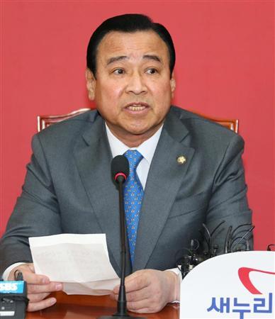 このニュースへ 韓国国会で記者会見する、首相に指名された与党、セヌリ党の李完九院内代表... 韓