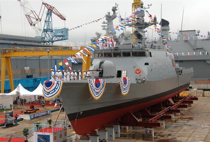 暴発などの事故を繰り返しているコムドクスリ級高速艇。艦首にあるのが問題の76ミリ砲。写真は1番艦の尹永夏(ユン・ヨンハ)(韓国海軍HPより)