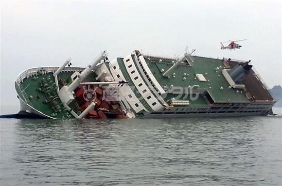 人災とされる昨年4月のセウォル号沈没事故。海軍では不祥事が相次いで発覚しているが、事故の教訓はどうなったのか(韓国海洋警察提供・共同)