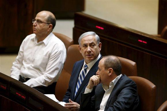 イスラエル議会に出席したネタニヤフ首相(中央)。6日夜、かろうじて過半数... イスラエル議会に