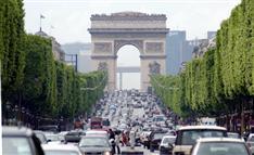中国企業、総勢6400人「爆社員旅行」でフランス占拠