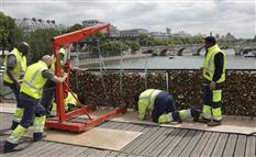 「愛の南京錠」Non!パリ決断…世界遺産の橋で100万個撤去