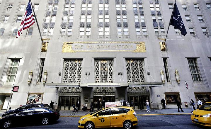 名門ホテル「ウォルドーフ・アストリア・ニューヨーク」の正面玄関。外見はシンプルだが、内装が美しく、ニューヨークの歴史的建造物に指定されている(AP)