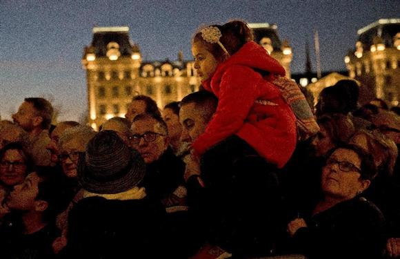 パリ同時多発テロの犠牲者を悼みノートルダム寺院に集まる人々=15日、パリ パリ同時多発テロの犠牲