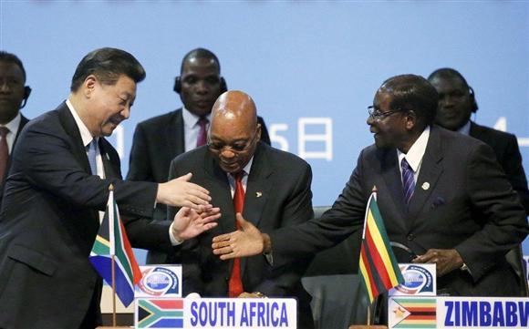 習近平・中国国家主席のアフリカ歴訪をきっかけに、「援助は誰のものか」という古くて新しい論争が再燃(ロイター)