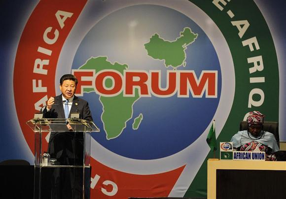 アフリカ諸国との会議で演説する習近平・中国国家主席(左)=12月4日、南アフリカのヨハネスブルグ(AP)