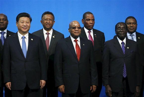 アフリカ各国の首脳と記念撮影する中国の習近平国家主席(前列左)=12月4日、南アフリカのヨハネスブルグ(ロイター)