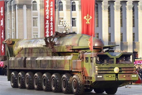昨年10月、平壌での軍事パレードに登場したICBMとみられる大型ミサイル... 昨年10月、平壌