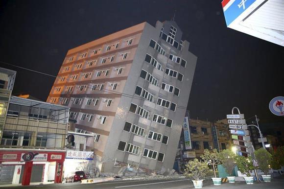 台湾の地震で傾いたビル=6日(ロイター)