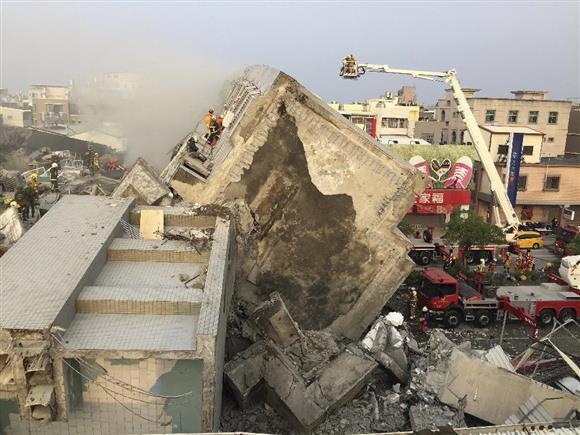 6日、17階建て集合住宅の倒壊現場=台湾・台南市(ロイター)