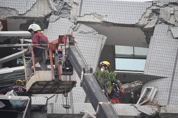 台湾南部地震 漂うガス臭、舞う...