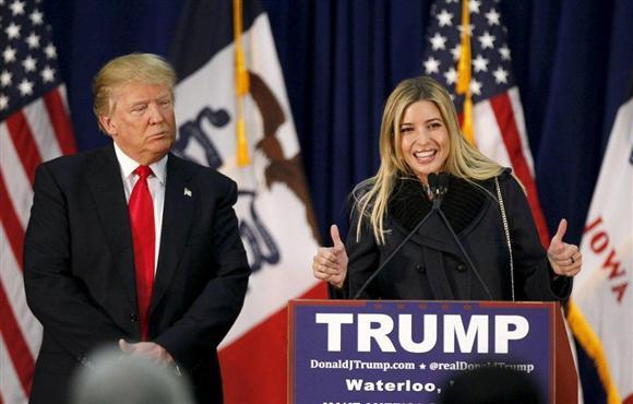 2月1日、米共和党の党員集会が開かれたアイオワ州... トランプ氏(左)の応援演説をする娘のイヴ
